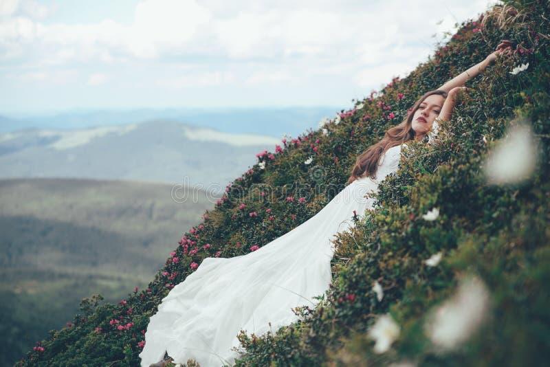 Bruden i berg bröllop royaltyfria bilder