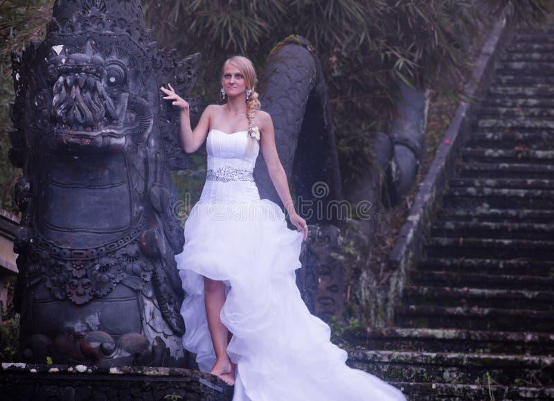 Bruden i fe parkerar i Bali royaltyfria foton