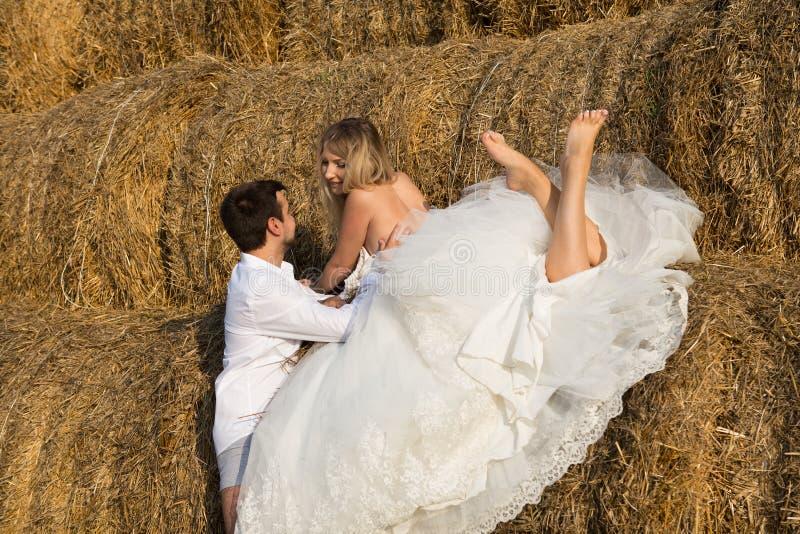 Bruden ligger på höet arkivfoton