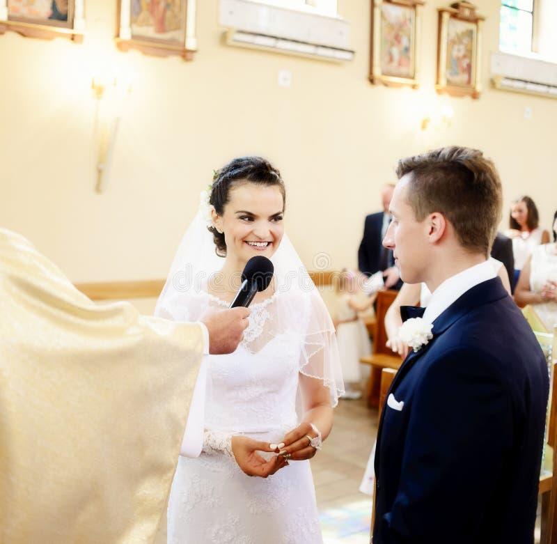Bruden lovar till framtida husbandin för förälskelse kyrkan royaltyfri fotografi