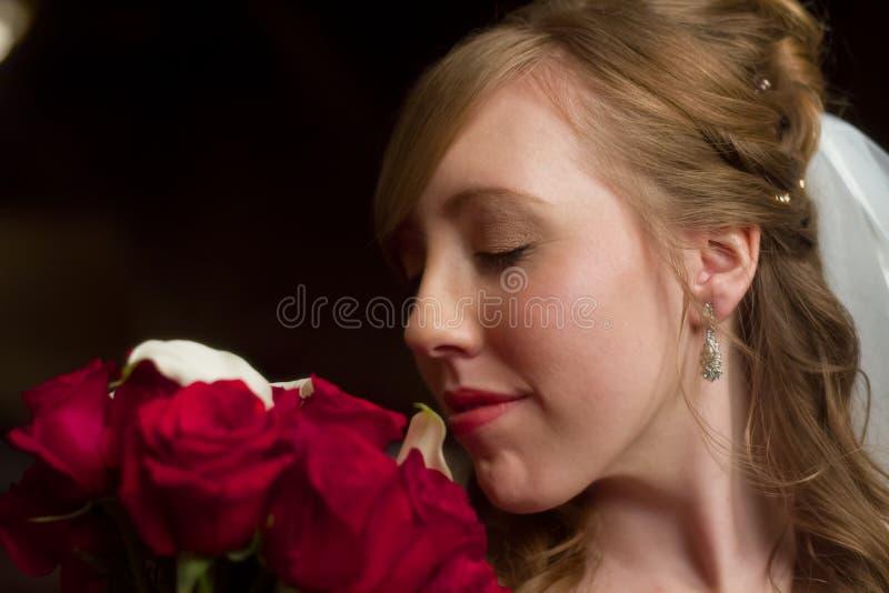 Bruden luktar buketten royaltyfri fotografi
