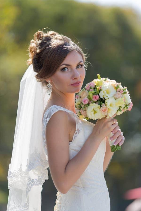 Bruden med buketten parkerar in arkivfoto