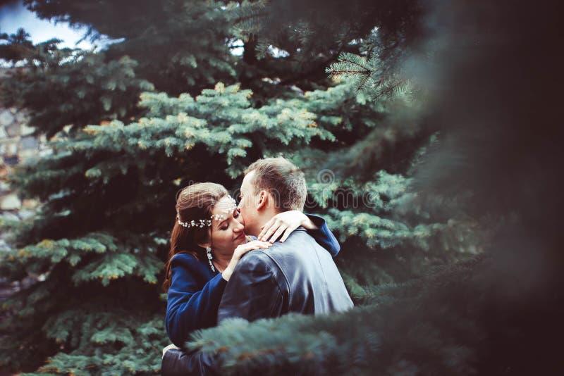 Bruden och brudgummen bredvid trädet arkivbilder