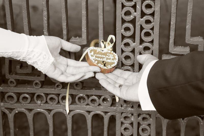 Bruden och brudgummen hänger traditionellt låset för happin arkivfoto
