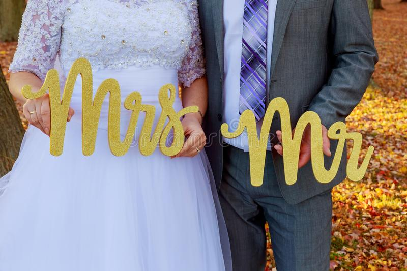 Bruden och brudgummen med ordherr mrs royaltyfria bilder