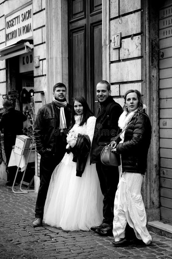 Bruden och brudgummen på dag för valentin` s fotografering för bildbyråer