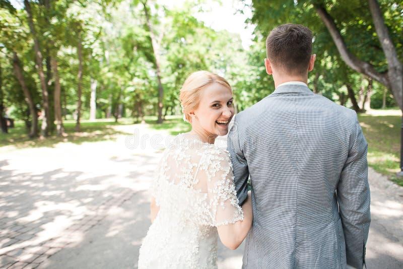 Bruden och brudgummen som bort går i sommar, parkerar utomhus arkivbilder