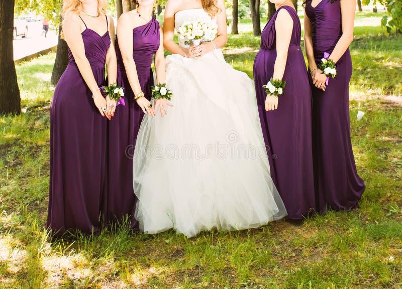 Bruden och brudtärnorna är härlig uppvisning arkivbilder