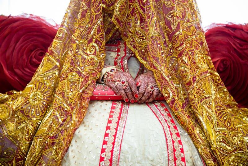 Bruden räcker henna royaltyfri foto