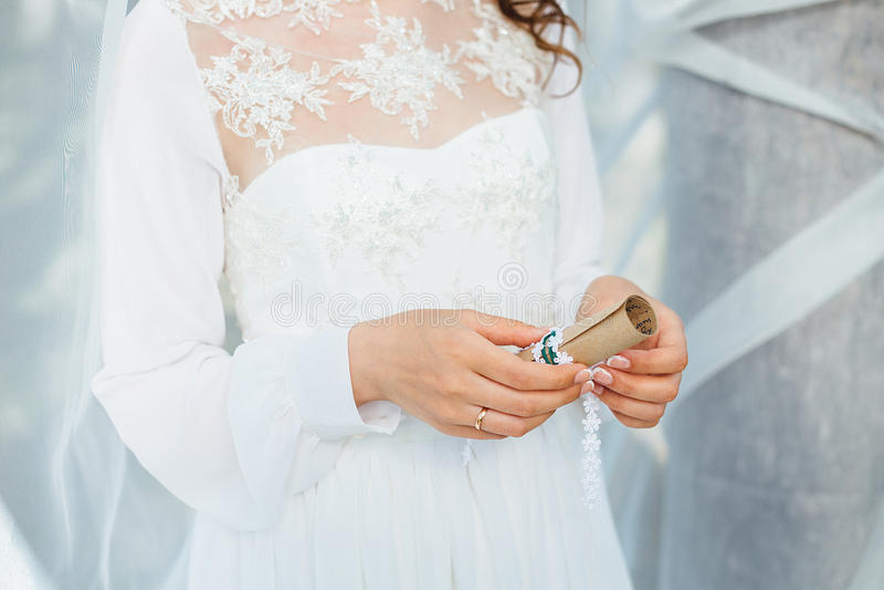 Bruden rymmer en bokstav royaltyfri foto