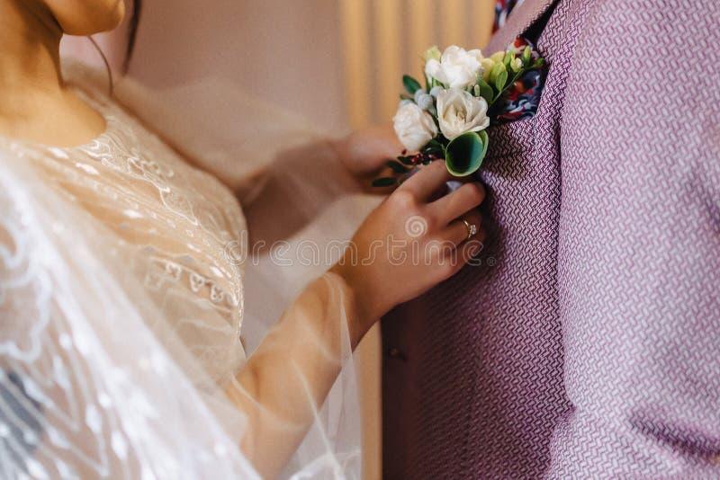 Bruden rymmer en gifta sig bukett i hennes h?nder arkivfoton