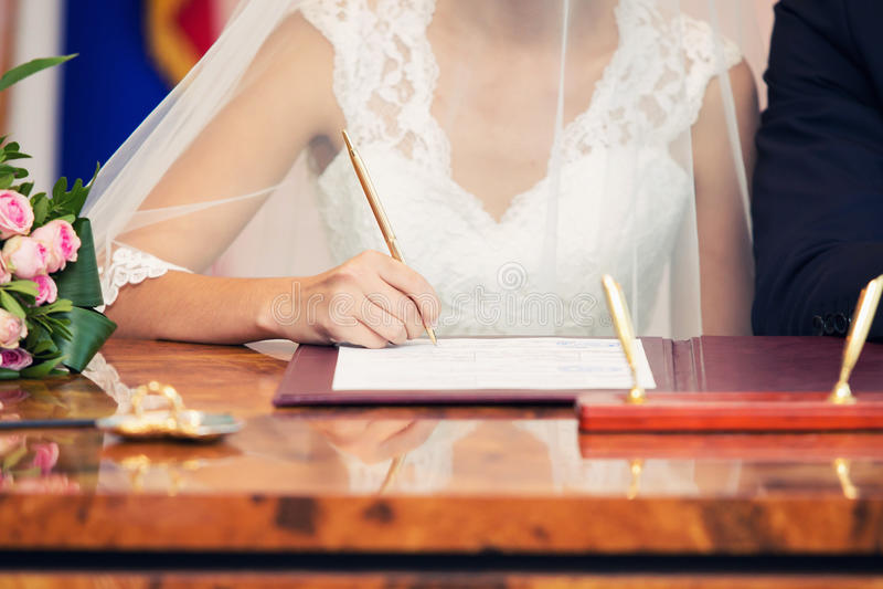 Bruden sätter en lista i dokumentet arkivbilder