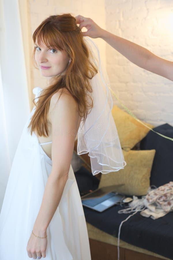 bruden skyler royaltyfri foto