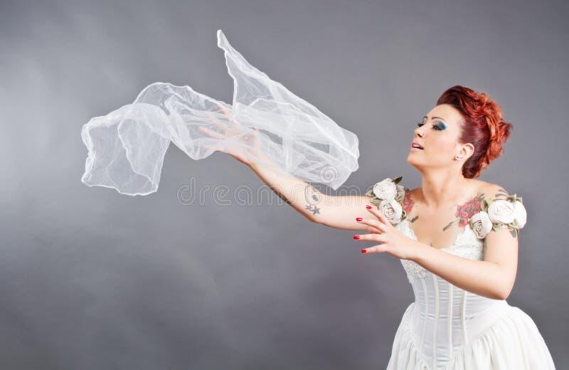 Bruden som kastar henne, skyler royaltyfri bild