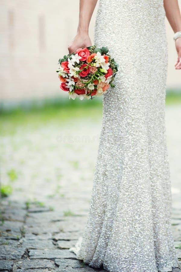 Bruden som rymmer bouqeten av, väcker arkivbilder