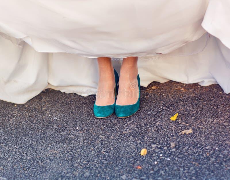 Bruden visar av hennes turkosskor på bröllop royaltyfri bild