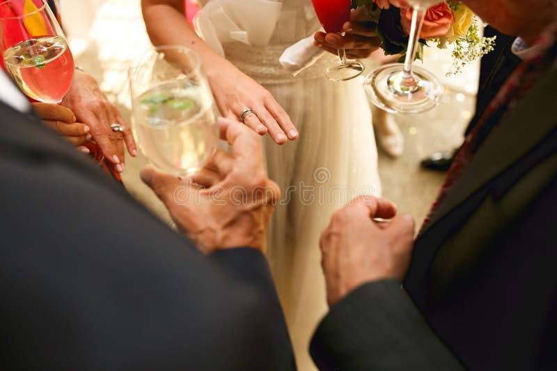 Bruden visar en delikat hand med en vigselring till gästerna ho royaltyfri foto
