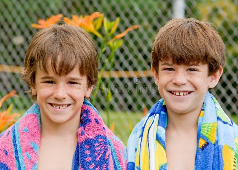 Bruder-gehende Schwimmen am Pool stockfoto