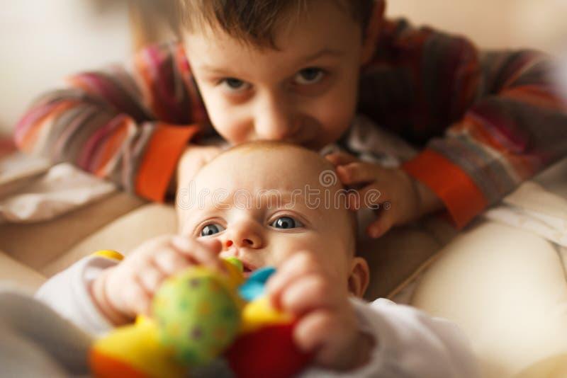 Bruder mit seiner kleinen Schwester lizenzfreies stockbild