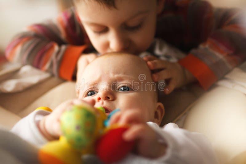Bruder mit seiner kleinen Schwester stockbild