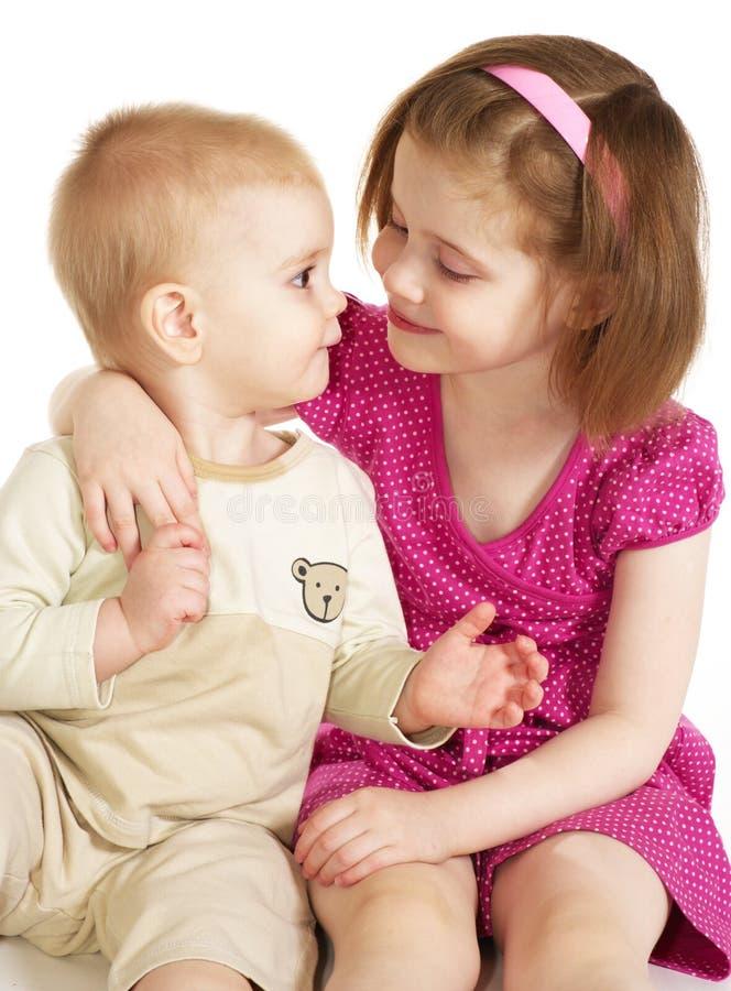 Kleine Schwester, Die Ihren Bruder Umarmt Stockbild - Bild