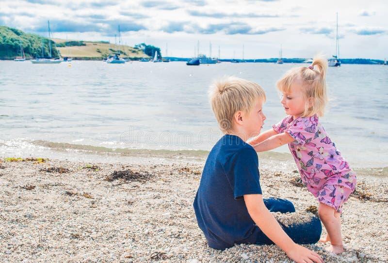 Bruder und Schwester auf dem Strand. lizenzfreie stockfotografie