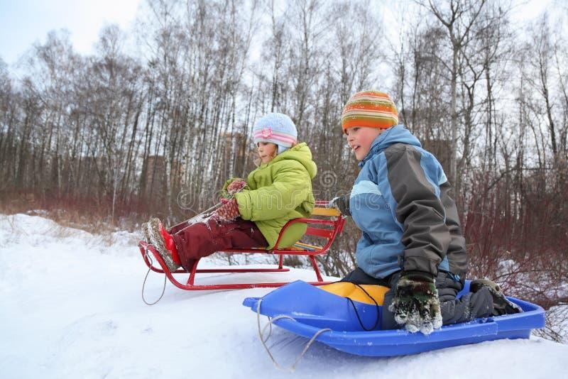 Bruder und Schwester beabsichtigen Laufwerk vom Hügel lizenzfreie stockbilder