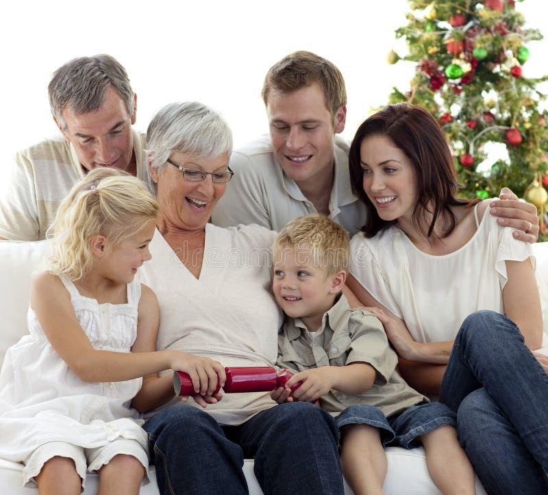 Bruder und Schwester, die Cracker im Weihnachten ziehen lizenzfreies stockfoto
