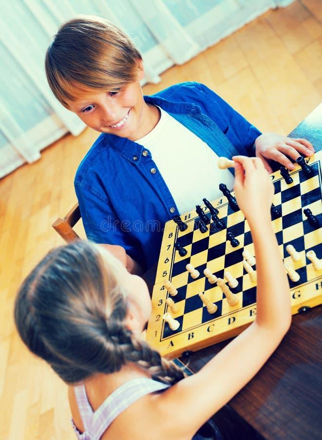 Bruder und Schwester, die Schach spielen stockfoto