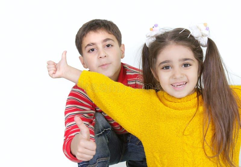 Bruder und Schwester, die sich Daumen zeigen lizenzfreie stockfotografie
