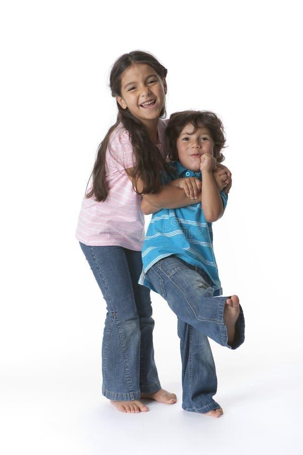 Bruder und Schwester, die Spaß bilden lizenzfreies stockbild