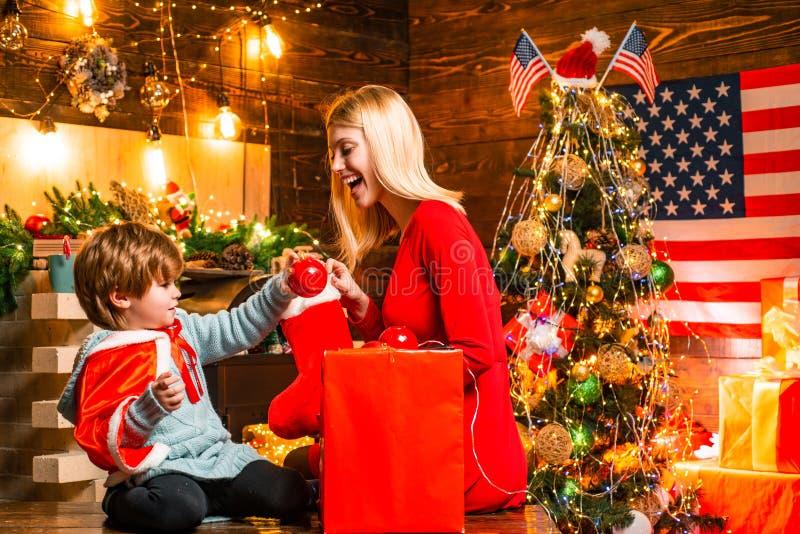 Bruder und Schwester feiern Weihnachten Amerikanische Traditionen Weihnachten oder Neues Jahr in den Vereinigten Staaten stockbild