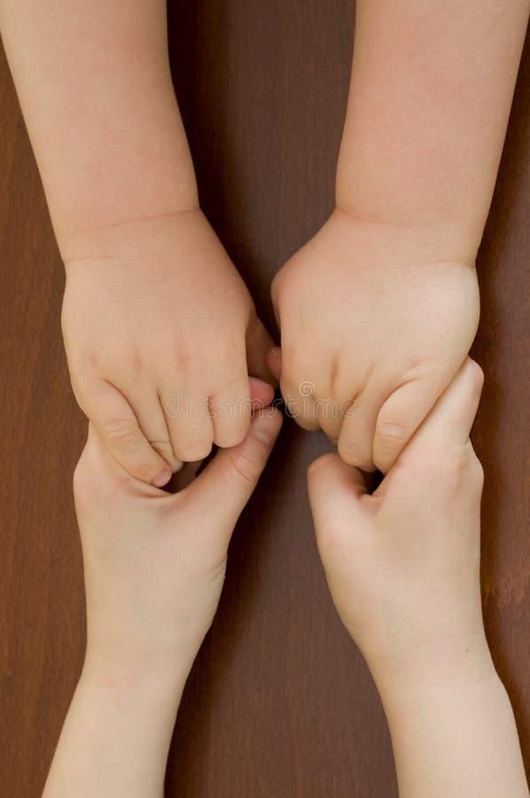 Bruder und Schwester halten ihre Hände lizenzfreie stockfotos