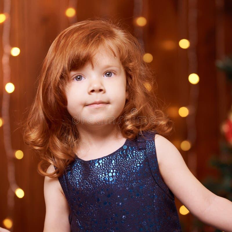 Bruder und Schwester Kind des neuen Jahres Weihnachts Weihnachtsabendsfeiertag innen Delia konzentrierte sich Blaues Kleid lizenzfreie stockfotos