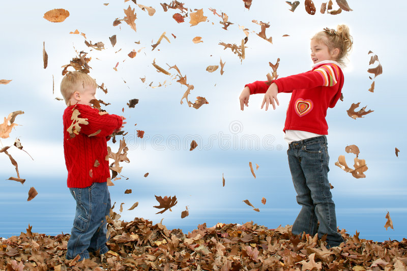 Bruder-und Schwester-werfende Blätter lizenzfreie stockfotografie