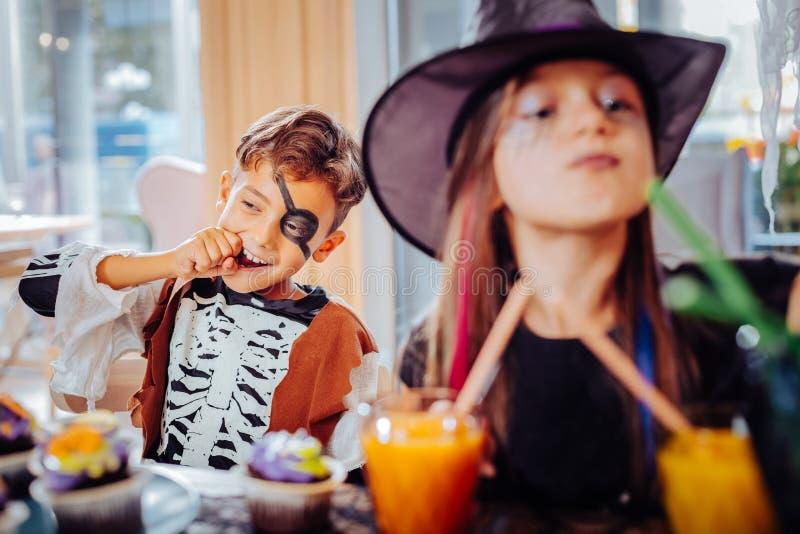 Bruder- und Schwestergefühl emotional und unterhalten, Halloween feiernd lizenzfreie stockbilder