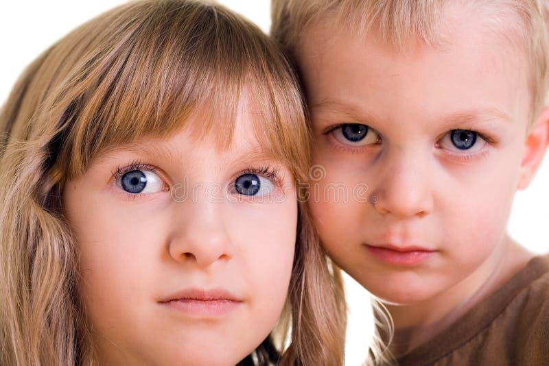 Bruder- und Schwestergesichter stockfoto