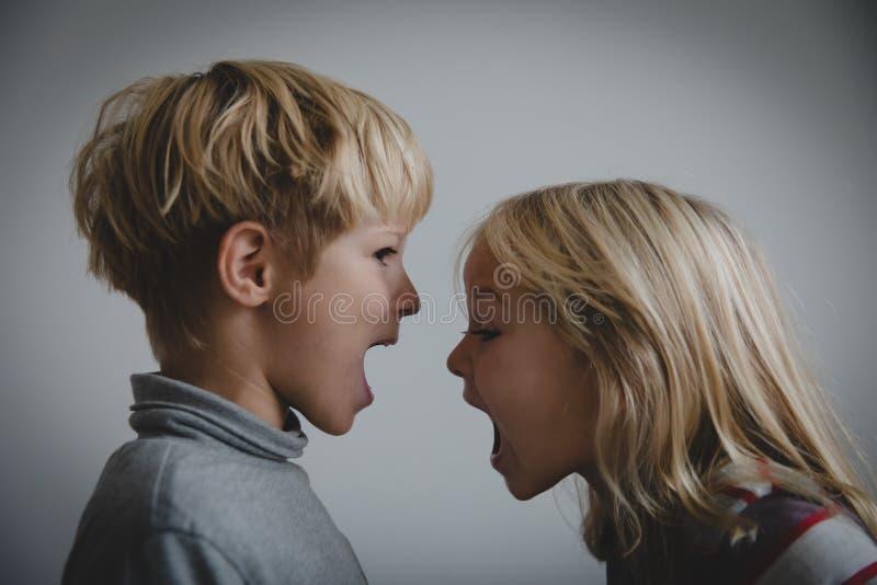 Bruder- und Schwesterruf, Konzept der Rivalität, Debatte, Ärger, Widerspruch stockfoto