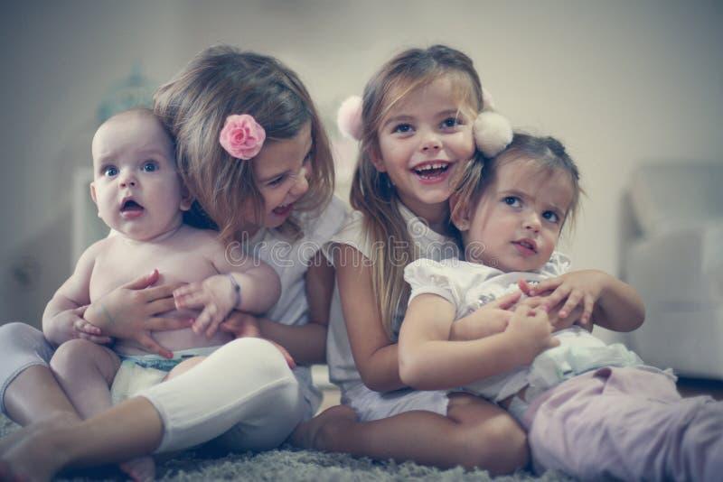 Bruder und Schwestern stockbild. Bild von verbunden