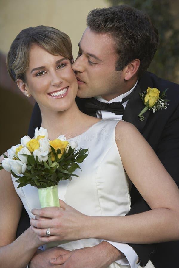 Brudgum Kissing Bride royaltyfri bild