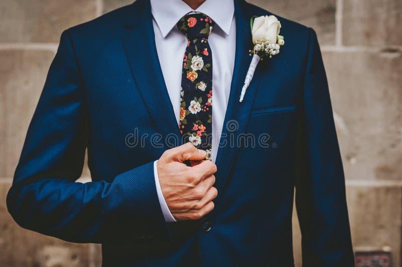 Brudgum in med ett unikt band arkivfoton
