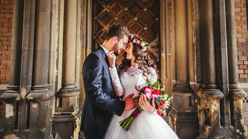Brudgum och brud nära dörrarna royaltyfria bilder