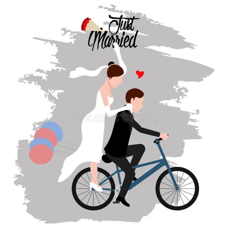 Brudgum och brud på en cykel par som att gifta sig bara royaltyfri illustrationer