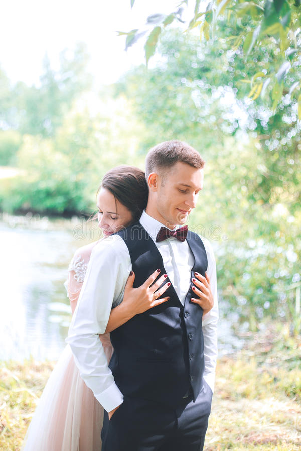 Brudgum och brud tillsammans Utomhus- romantiska par för bröllop fotografering för bildbyråer