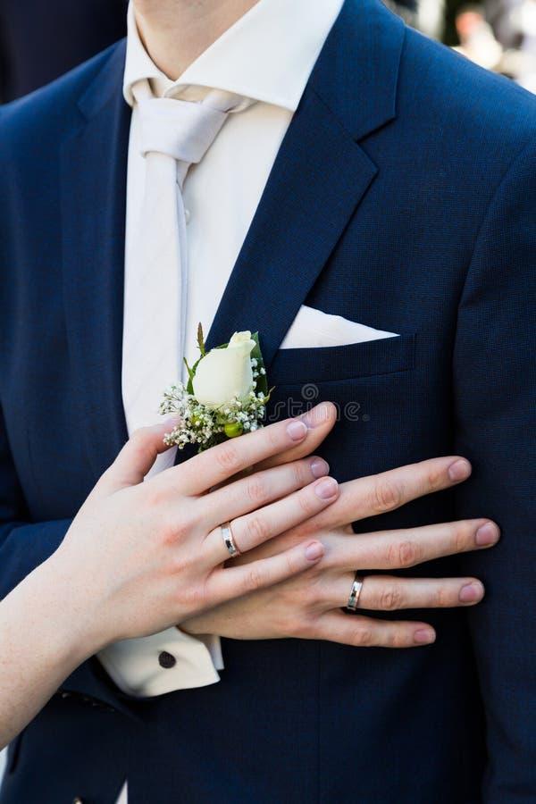 Brudgum- och brudhänder med cirkelnärbild royaltyfria foton