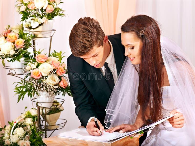 Brudgum- och brudregisterförbindelse arkivfoto