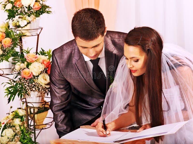 Brudgum- och brudregisterförbindelse royaltyfria bilder