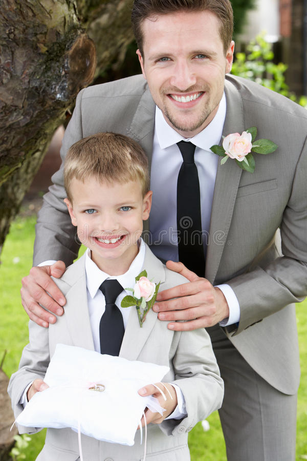 Brudgum With Page Boy på bröllop fotografering för bildbyråer