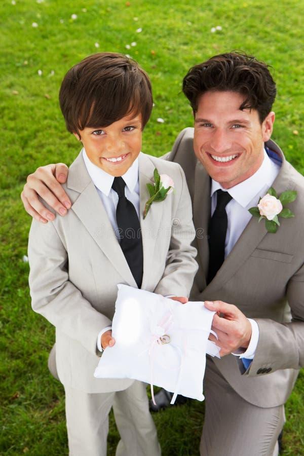 Brudgum With Page Boy på bröllop arkivbild