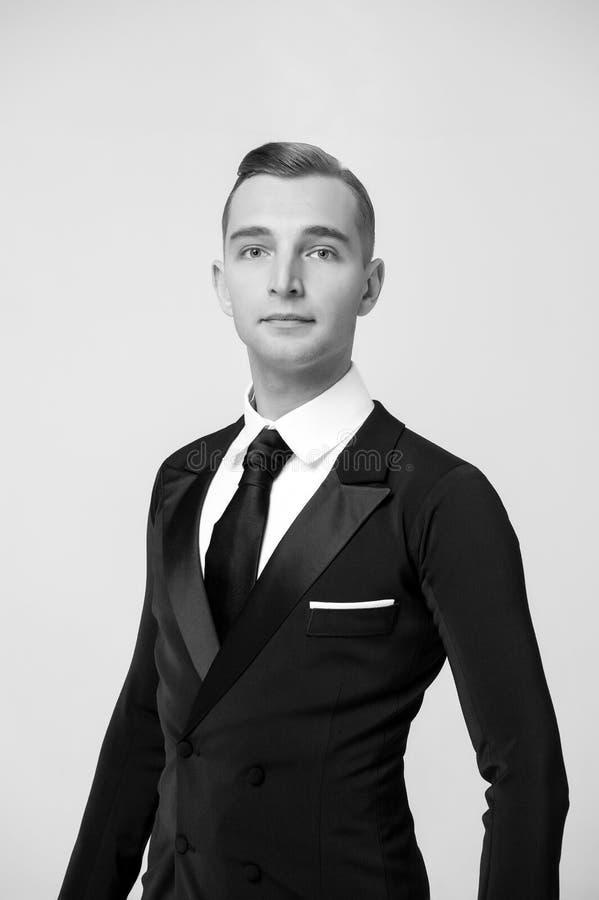 Brudgum som kläs för att gifta sig eller ferieberöm Balsaldansare i stilfull smoking Man i elegant dräkt med bandet Klänningkod f royaltyfri bild